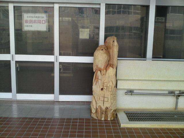 大船渡市立大船渡中学校生徒玄関前の創作作品です。