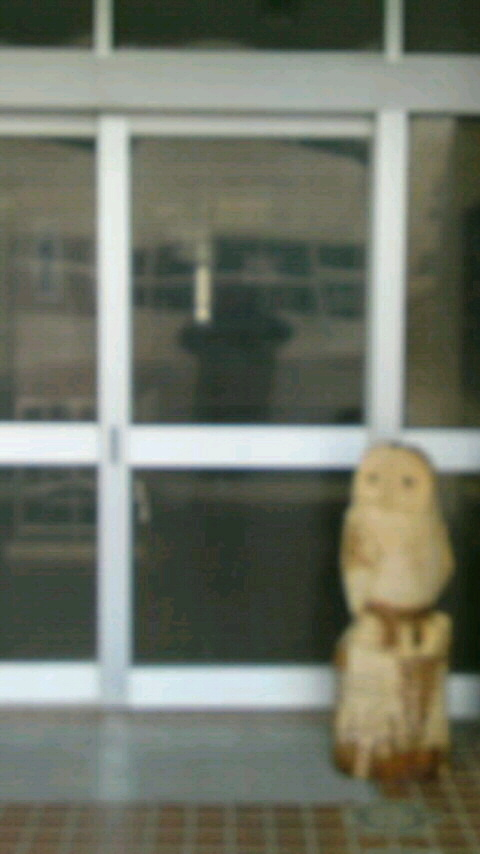 赤崎中学校玄関前の梟の彫刻です。